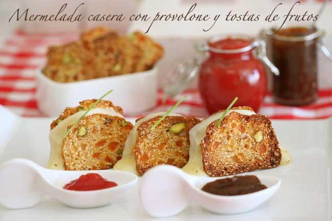 Mermeladas caseras de tomate y de pimientos asdaos con tostas y provolone.