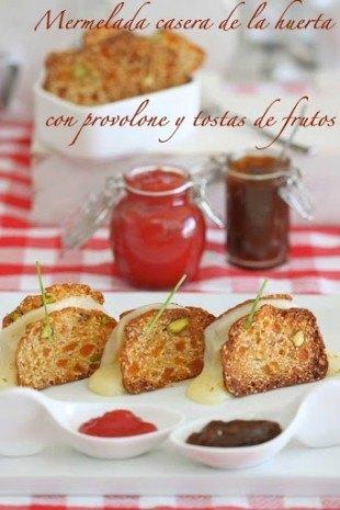 Mermeladas de tomete y pimientos asados con tostas y provolone.
