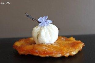 Tarte Tatin con mousse di formaggio cameros aromatizzato di vainiglia.Tarat Tatin con musse de queso cameros aromatizado de vainilla