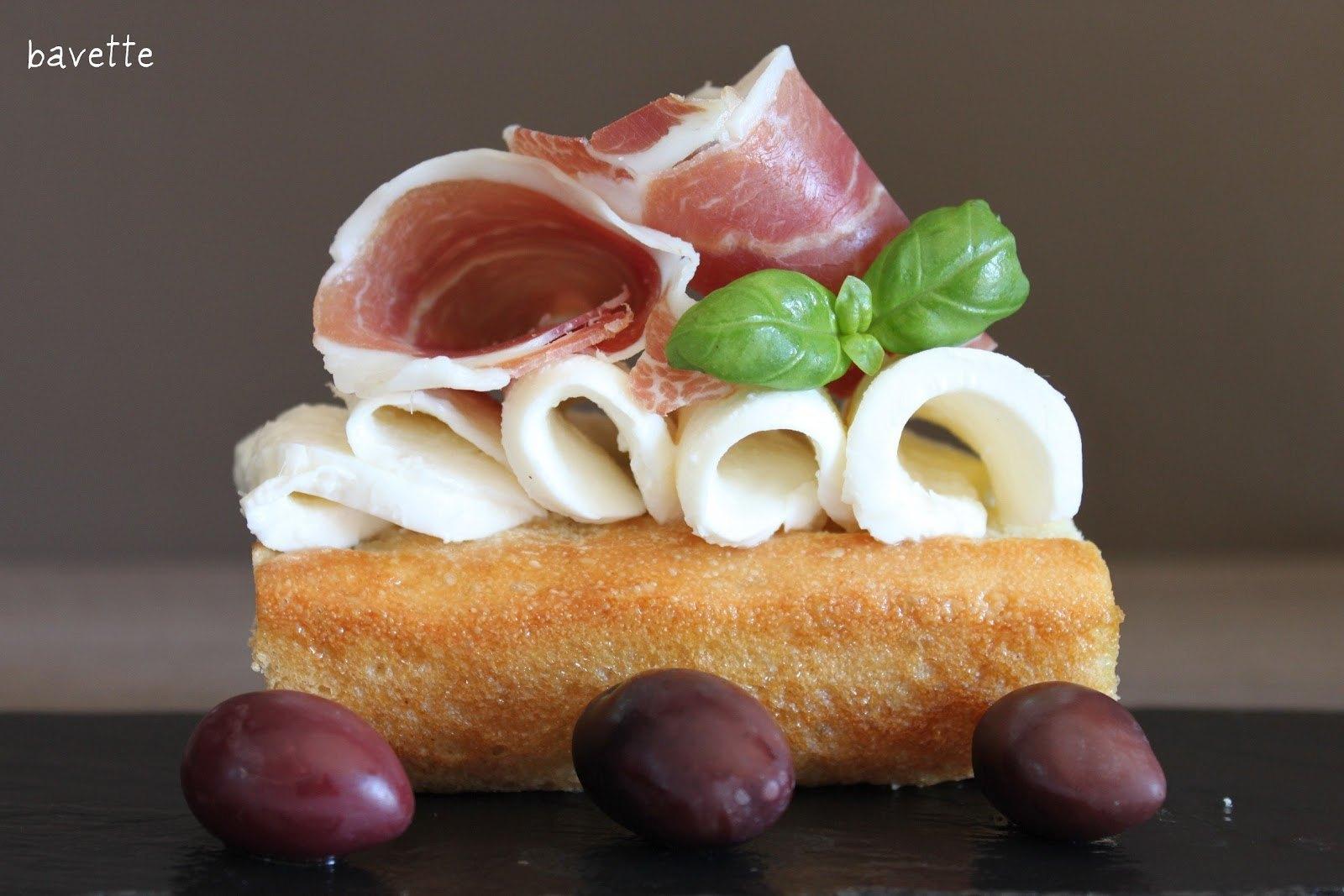 Focaccia classica con prosciutto Ibèrico,mozzarella di bufala e aceituna Kalamata