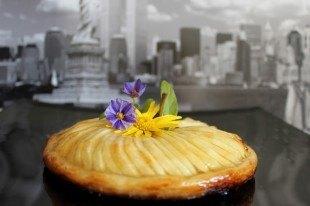 Tarta crujiente de manzana con crema de almendras.