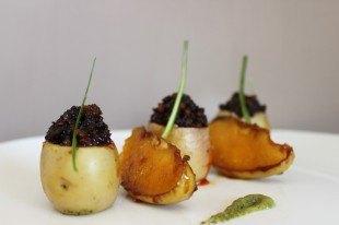 Patata rellena de morcilla y manzana Aromatizado de vinagre balsámico