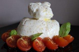 Burrata típica pugliesa con tomate cherry y albahaca.