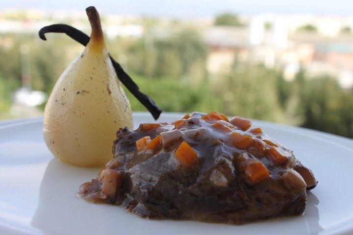 Carrilleras de cerdo braseadas, con verduras y pera a la vainilla