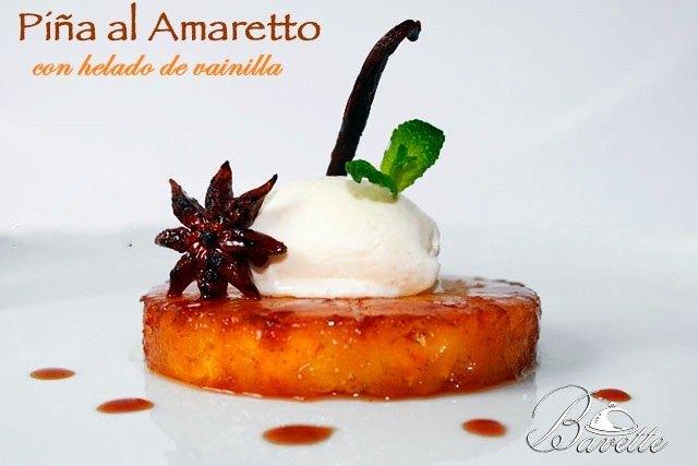 Piña caramelizada al Amaretto con helado de vainilla