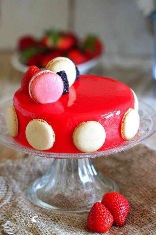 Bavaroise de yogur, fresas y glaseado rojo
