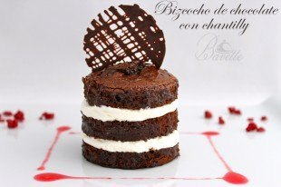 Bizcocho de chocolate con chantilly