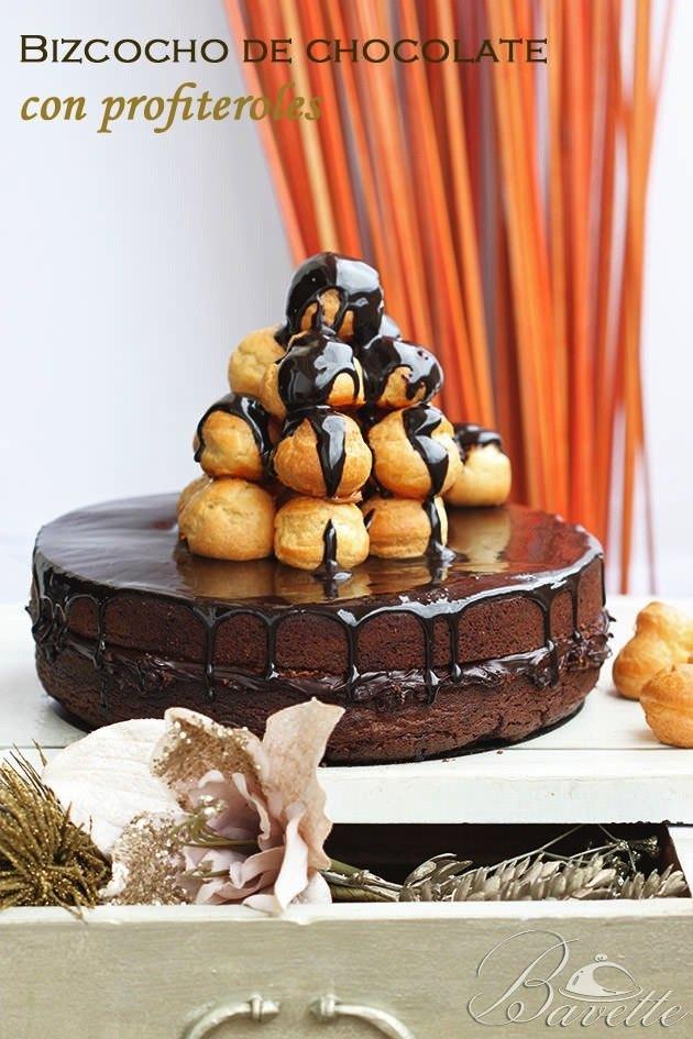 Bizcocho de chocolate con profiteroles y glaseado