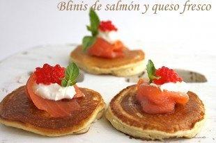 Blinis de salmón ahumado con sus huevas y queso fresco.
