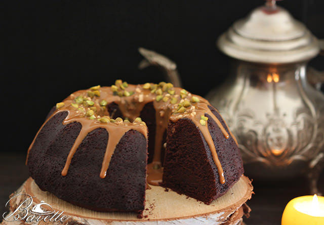 Bundt Cake de chocolate, con salsa toffe y frutos secos