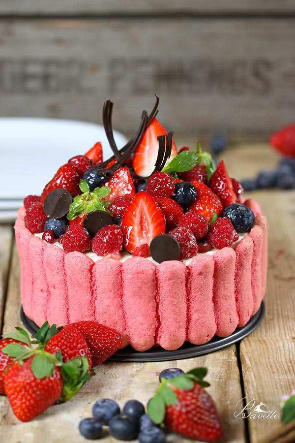 Charlota con bavaroise de vainilla y frutos rojos