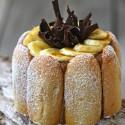 Charlota de chocolate y plátano frito