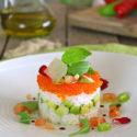 Ensalada de arroz con aguacate y huevas de salmón