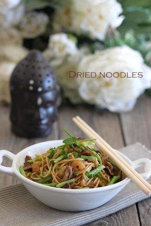 Noodles salteados con setas y gambas