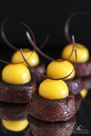 Financier de chocolate con crema inglesa de mango