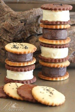 Helado de chocolate y de vainilla con sándwich de galleta