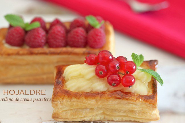 Hojaldre relleno de crema pastelera y frutos rojos