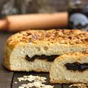 Pan italiano con ciruelas confitadas, copos de avena y pipas