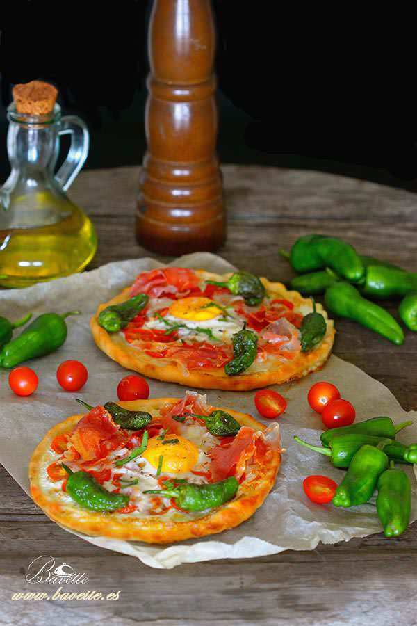 Pizza con tomate. jamón, y pimientos de Padrón