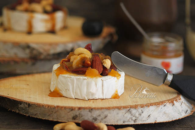 Camembert con frutos secos y salsa Can Bech