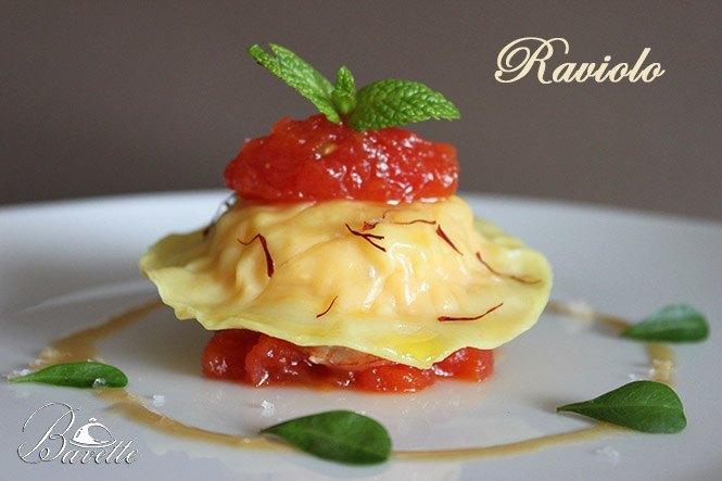Raviolo relleno de gambas y chutney de tomate
