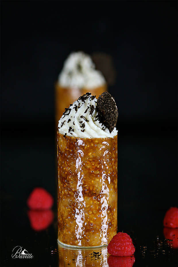 Crocante de sésamo, mousse de chocolate blanco y trufa negra