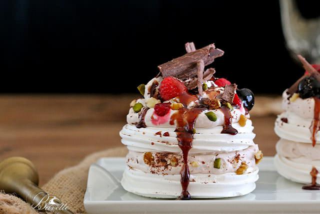 Receta de Pavlova con frutos rojos, y sirope de marrasquino