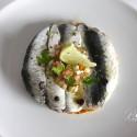 Tosta de sardinas marinadas con lima y jengibre