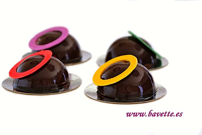 Semiesferas de chocolate y fruta de la pasión
