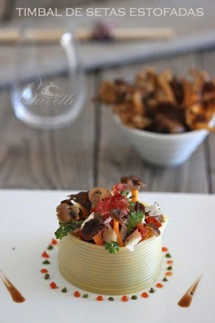Timbal de setas con crujiente de jamos y queso provolone.