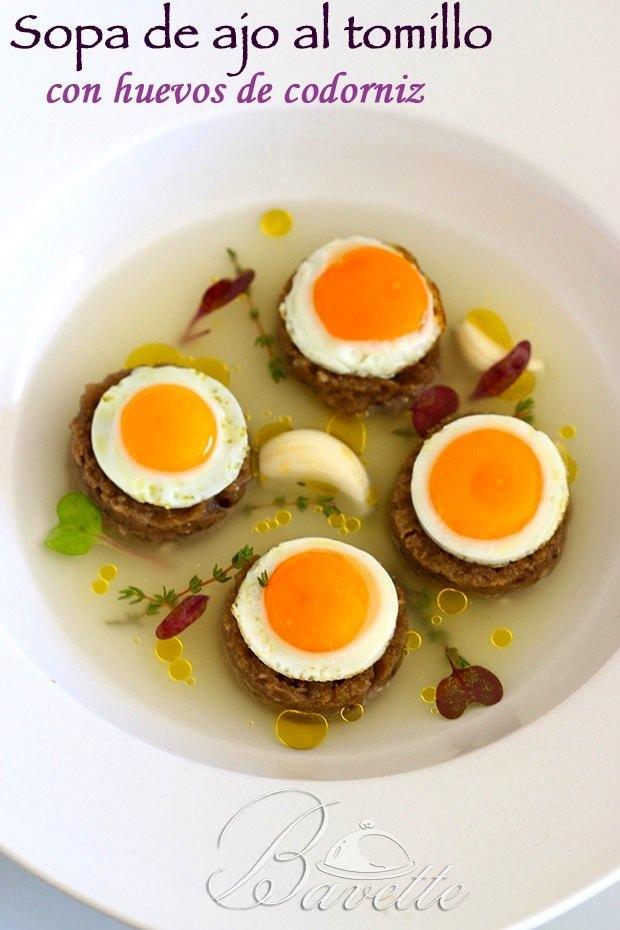 Sopa de ajo al tomillo con huevos de codorniz