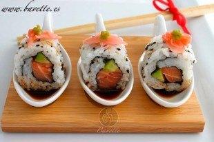 Sushi Uramaki de salmó y aguacate con salsa de soja y wasabi