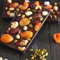 Chocolate con frutos secos y fruta confitada