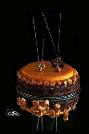Tarta brownie con mango y glaseado de caramelo