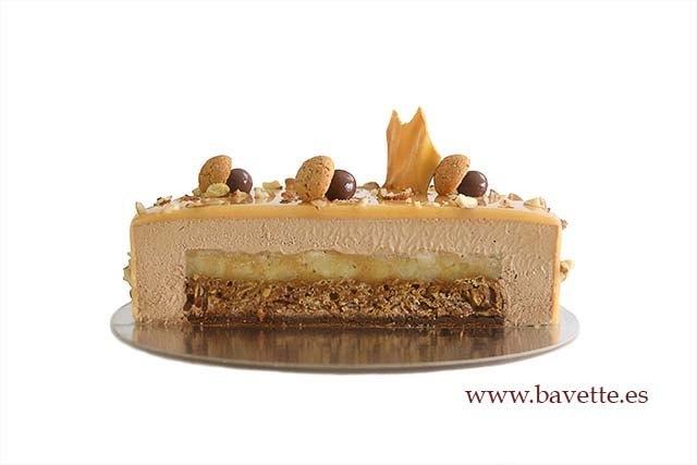 Tarta de chocolate y caramelo con banana y crujiente de almendra