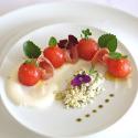 Tomate cherry confitado, relleno de burrata, con arena de albahaca